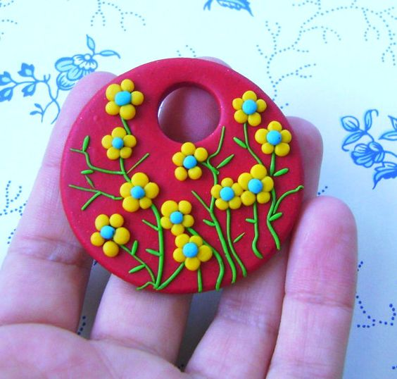 Fimo Polymer Clay Red and Yellow Necklace Medallion  por Coloraudia