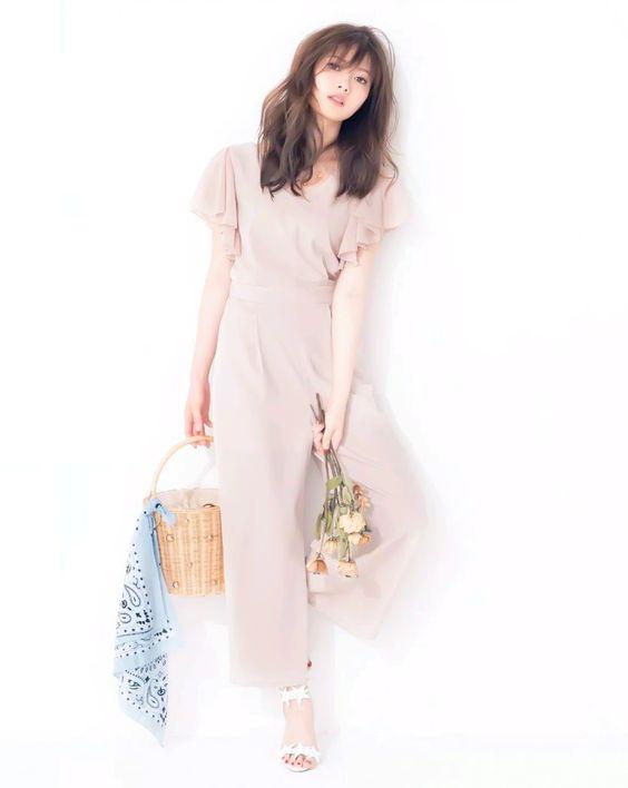 カゴとお花を持つ白石麻衣