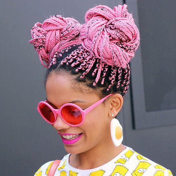 Magá Moura com box braids rosa no cabelo + óculos escuros combinando.: