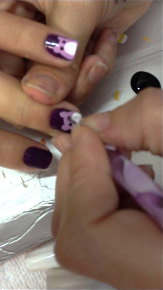 Ensinando a fazer ursinho nas unhas