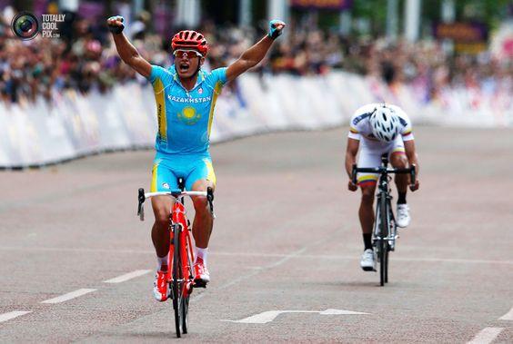 Alexandr Vinokurov (Kazakhstan) wins the road race.