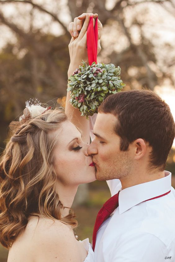 christmas wedding ideas mistletoe bride groom: