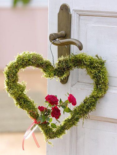Heart shaped wreath covered in moss with Rose - © Friedrich Strauss/GAP Photos: