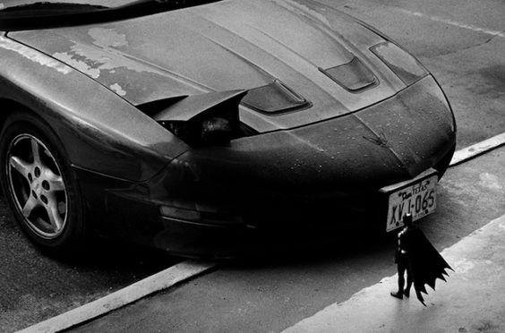 Nesta divertida série de fotografias feita por Rémi Noël, um artista francês, Batman é imaginado em vários cenários que nada condizem com seu tamanho minúsculo.