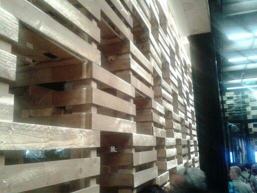 """Polonia - Expo 2015 - Milan - Italy  Il padiglione è un solido rettangolare, la cui superficie esterna è delineata da scatole di legno. Tutto l'edificio sarà trattato come una scatola di grandi dimensioni (o uno scrigno) che nasconde all'interno i suoi """"gioielli"""". La struttura traforata rimanda alla forma eco-compatibile e semplice delle scatole di mele.  Visitabile su www.mondoscatto.net sezione Eventi - Expo2015.  # PoloniaExpo2015"""