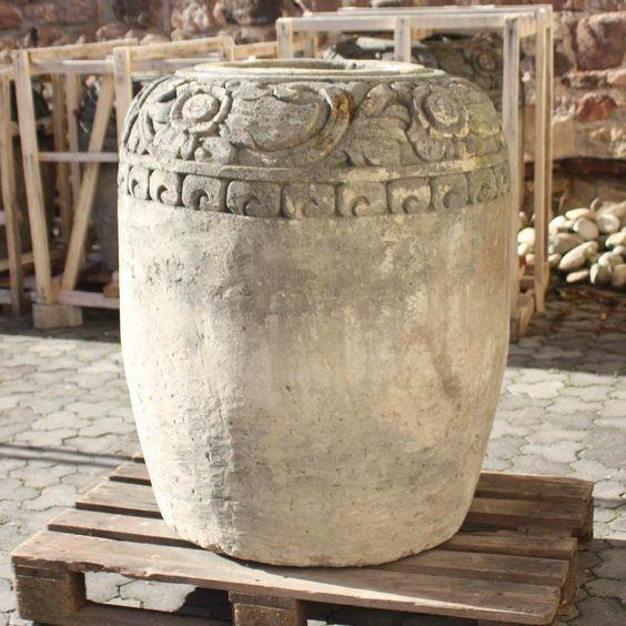 Dieser außergewöhnliche  schwere Pflanzentopf wurde auf Bali hergestellt. Er ist aus Zement gegossen und mit einem Antikfinish versehen.Ein tolles  sehr alt wirkendes Pflanzgefäß für Ihren Garten oder Terasse.  Die imposante Vase setzt einen außergewöhnlichen Aktzent. Sie kann auch im Winter im Freien belassen werden.  Die Steinvase ist 105 cm hoch und hat einen Durchmesser von ca. 90 cm. Die Öffnung hat einen Durchmesser von 39 cm. Der Topf wiegt ca  280 Kilogramm.  Geliefert wird per…
