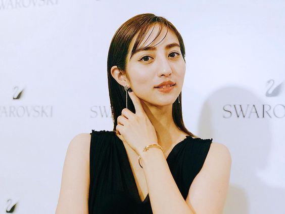ストレートヘアーの堀田茜