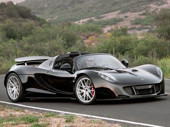 Développée sur le châssis d'une Lotus Exige et équipée du bloc V8 Biturbo de la Corvette ZR1, la Hennessey Venom GT Spyder est l'une des voitures les plus rares et les plus chères du monde. L'Américaine, profitant d'une mécanique poussée à 1 200 ch, peut alors pulvériser le 0 à 100 km/h en seulement 2,5 secondes.