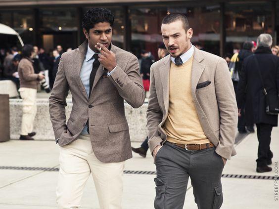 Jersey amarillo y pantalones cargo + chaqueta y corbata