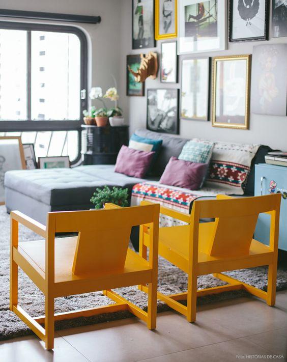 Base neutra e uso de cores em móveis menores e objetos para dar alegria ao ambiente. Invista nessa ideia.: