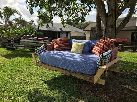 Pallet swing bed modified idea found on pinterest for Outdoor pallet swing bed
