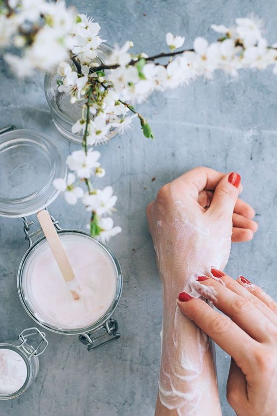 Get a warm, subtle glow with this homemade lotion. All that's needed is your favorite lotion, eye shadow or shimmer powder, and a pretty jar.