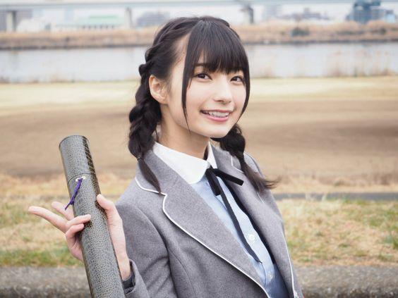 制服姿の高野麻里佳さん