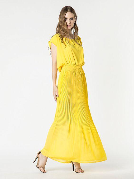 Langes Kleid aus fließendem Stoff mit Falten