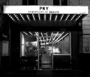 PNY aussi connu sous le nom de Paris New York est le nouveau temple du burger de la capitale. Décoré par CUT Architectures, le restaurant adopte un vrai style new-yorkais avec des barres de néon et un esprit brut. A la carte, certaines recettes de burgers se veulent originales comme l'Indochine, un burger composé de poulet fermier mariné et de basilic thaï.