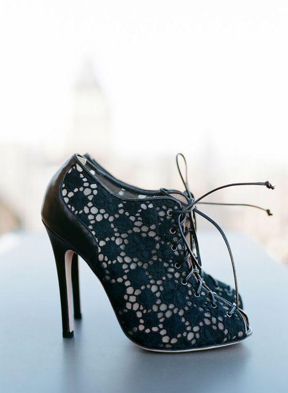 Te gekke schoenen voor een moderne bruid die durft #zwart #pumps #kant #trouwen #bruiloft #inspiratie #wedding #shoes #lace #inspiration Lace it up! Bruidsschoenen van kant   ThePerfectWedding.nl   Fotocredit: Esther Sun Photography