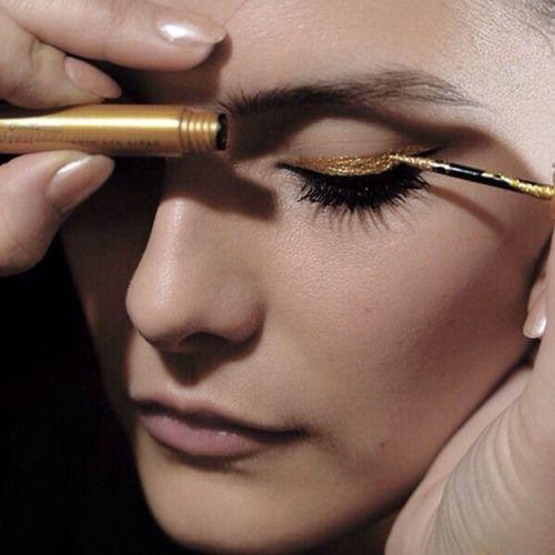 maquiagem com delineado duplo metalizado: preto e dourado.