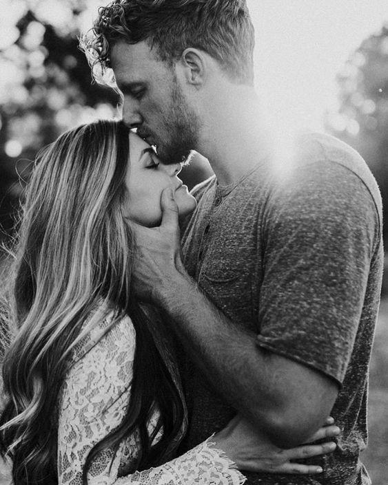 Forehead kisses #just_awww??  #Forehead #justawww #kisses #Poses Para Fotografía #Regalos Para Amigas #Poses Dibujo ?
