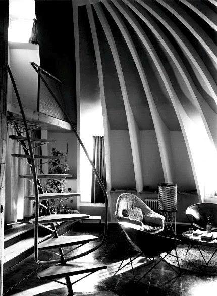 Casa Milá o Pedrera de Gaudí. 1910.Francisco Barba Corsini en 1954,c on un millón de pesetas convirtió los antiguos lavaderos llenos de trastos en 13 minúsculos apartamentos dúplex  -todos ellos distintos- muy modernos para la época y pintados de rojo y negro.Tuvo que diseñar los muebles a partir de un sistema muy artesanal de fabricación.: