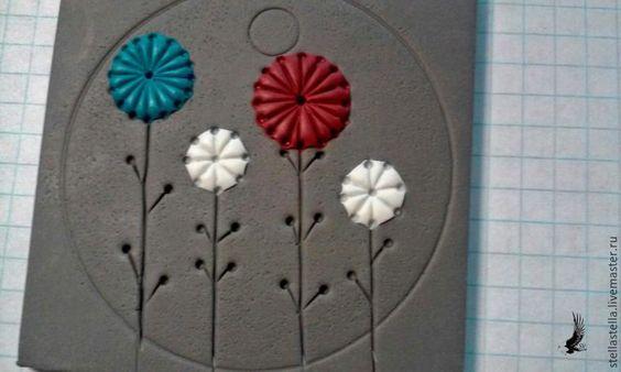 Хочу показать вам, как сделать несложный, но, надеюсь, эффектный кулон.Для работы необходимо: полимерная глина серого цвета и еще три цвета на выбор; паста машина или скалка; каттеры разных диаметров; нож, дотс, наждачная бумага, шило; черная акриловая краска; матовый лак для полимерной глины; вощеный шнур, фурнитура для сборки; хорошее настроение :) Итак, приступим. Раскатываем…