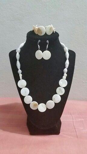 Collar madre perla y cuentas de papel by. Michelle Nieves