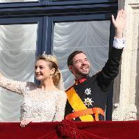 Wort.lu - Zärtliche Gesten auf dem Balkon des großherzoglichen Palais.