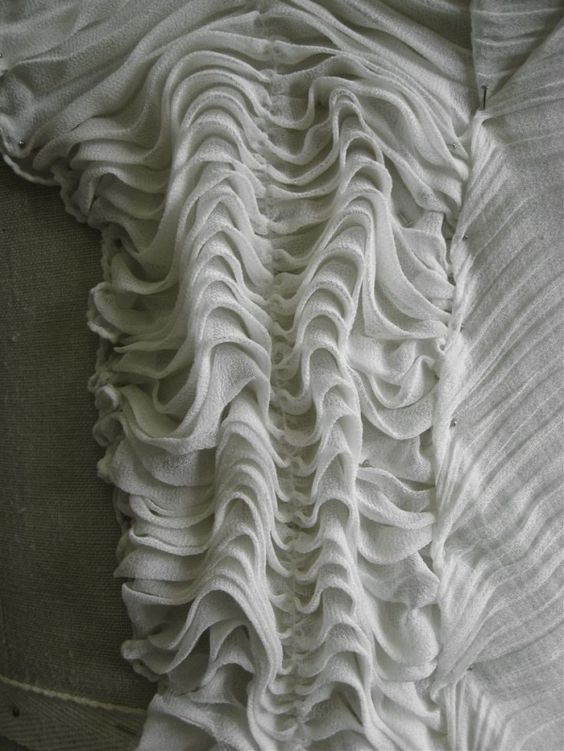 Muestra Manipulación Tela - ondulaciones reunida - costura creativa para crear un diseño elevado;  textura de la superficie de inspiración para el diseño de moda por sidharth7