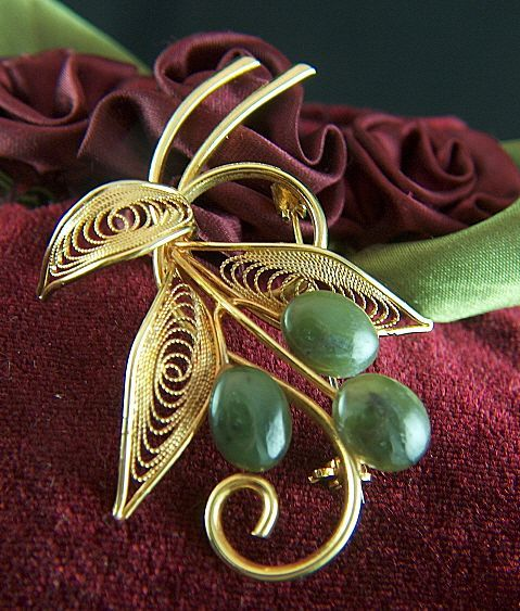 Vintage Jade and Swirling Filigree Leaves Gold Tone Brooch Pin