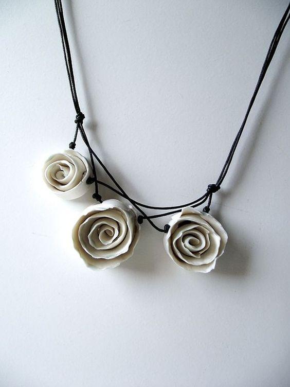 Collier trois Roses de porcelaine blanche un collier par lofficina …