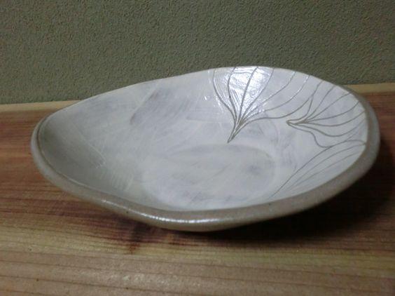 たまご型の鉢に玉ねぎをデザインしました。 ちょっと、いびつなたまご型で素朴な味わいのある器になっています。 サイズ 17.6×13.7×...|ハンドメイド、手作り、手仕事品の通販・販売・購入ならCreema。