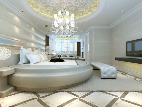Luxuriös ausgestattete Schlafzimmer mit rundem Bett, Kuppel, Decke, Kronleuchter und Flachbild-Fernseher