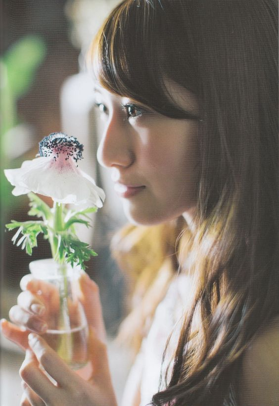 花を見つめる桜井玲香のかわいい画像