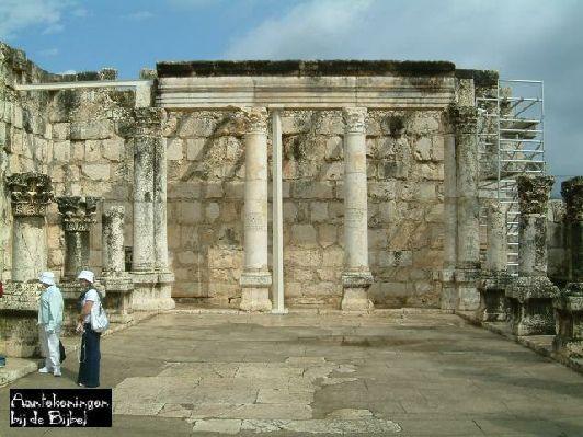 ( Synagoge) In Kafarnaüm stond er ook een vrij grote synagoge. Lucas, altijd positief betreffende vreemdelingen, vertelt in zijn evangelie over het verband tussen die synagoge en de Centurio, de 'honderdman' van bovenvermeld Romeins garnizoen