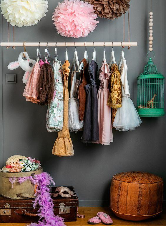 Utklädningshörnan till vänster är väldigt uppskattad av båda barnen. På klädhängaren, som är köpt på Netto, hänger favoritkläderna och i hattasken och kofferten, som kommer från Koffertmannen, ligger resten av utklädningskläderna. Pompomsen är egentillverkade av silkespapper. Fågelbur och sittpuff köpta på loppis. Kläder och masker kommer från bland annat H&M och Lindex och hatten är dekorerad med ljusmanschetter. Fjäderboan är från BR.