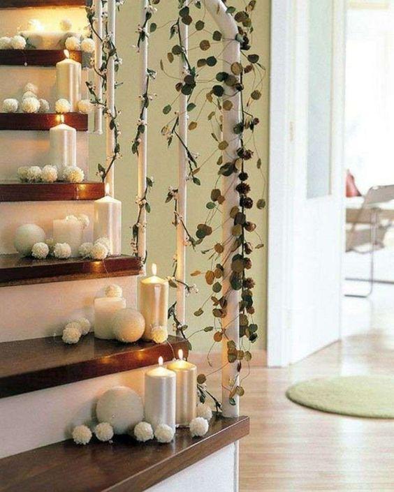 Decorazioni luminose natalizie per interni - Candele bianche sugli scalini