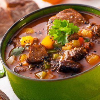 DAUBE DE JOUE DE BOEUF AUX OLIVES (LA MARINADE : 1 gros oignon, 3 carottes, 1 branche de céleri, 75 cl de vin rouge corsé, 10 cl de vinaigre de vin, quelques brins de thym, 1 feuille de laurier, 1 c à c de grains de poivre, 3 c à s d'huile d'olive) (LA SAUCE : 2 kg de joue de bœuf dénervée, 250 g d'olives vertes, 1 petite boîte de tomates pelées, 2 gousses d'ail, 5 cl d'huile d'olive, 1 bouquet garni, 1 zeste d'une orange, sel poivre blanc)