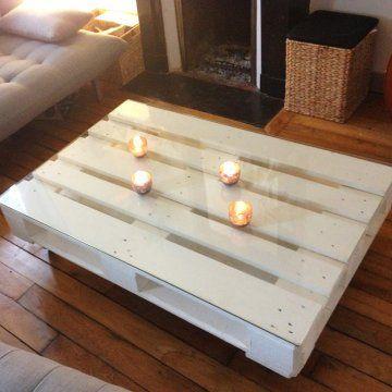 Palette de bois transformée en table basse à roulette par La Clamartoise