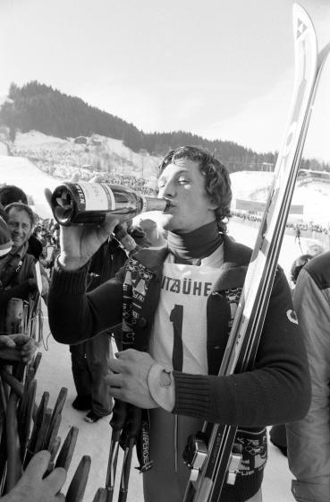 Sternstunden in Kitzbühel: Am 19.Jänner 1975 gab es in der Abfahrt keinen Weg an Franz Klammer vorbei. Im Zielhang schlürft der Sieger verdient seinen Sieger-Sekt. Mehr Fotos finden Sie hier: http://www.nachrichten.at/nachrichten/fotogalerien/cme155574,982555 (Bild: Schaadfoto)