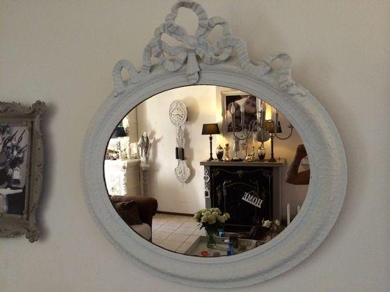 Oude gouden spiegel met witte krijtverf geverfd...