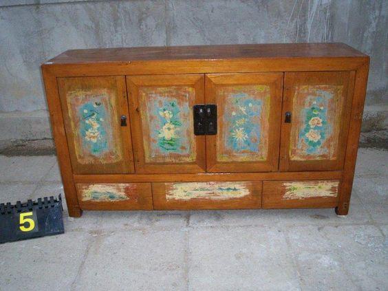 Splendida credenza cinese con ante e cassetti, dipinti originali, Manciuria, metà '800. € 1950,00