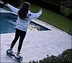 MINA sobre patin electrico que cae a piscina y VA tras el.