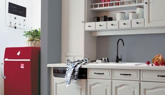 Votre cuisine rustique ou vieillotte ne vous plaît plus, mais vous n'avez pas le budget pour entreprendre une rénovation de A à Z ? L'alternative rapide et pas chère pour faire du neuf avec votre ancienne cuisine est de tout repeindre. Redonner un second souffle à votre vielle cuisine grâce à de la peinture et à quelques coups de pinceaux bien placés !