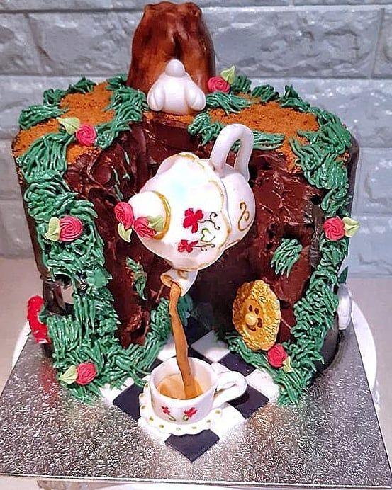 Tarta De Alicia En El Pais De Las Maravillas Ve A Ver La Parte Oculta De La Tarta Te Sorprendera Haz Novelty Christmas Christmas Ornaments Holiday Decor