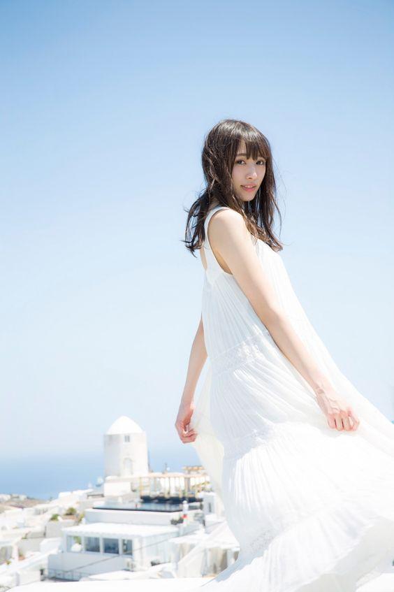 青い空と白いワンピースの渡辺梨加