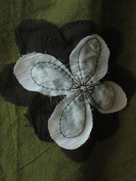Grossartiger oliv-farbener Rock mit aufgesteppten Chiffon-Blüten und aufgesteppten Blüten.Idealer Stiefelrock,gefüttert mit Satin und mit Jerseybund,d
