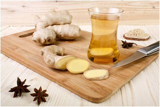 O chá de gengibre emagrece devido à propriedade da bebida de aumentar o metabolismo, estimular a circulação e excreção de toxinas do corpo.