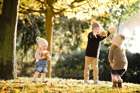 niños jugando con las hojas