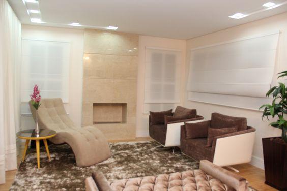 Sala de leitura  Lareira em mármore crema marfil , poltronas da trend moveis...