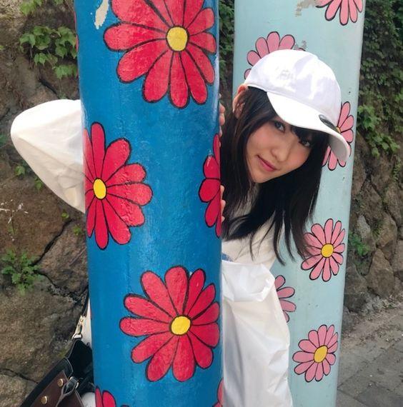 花柄の柱から顔を出す菅井友香