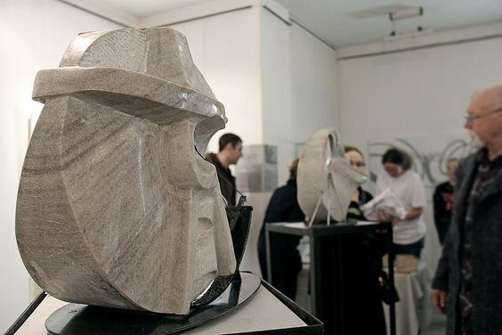 Скульптура из мрамора на экспозиции Петра Торопова. Фото Жени Шведы